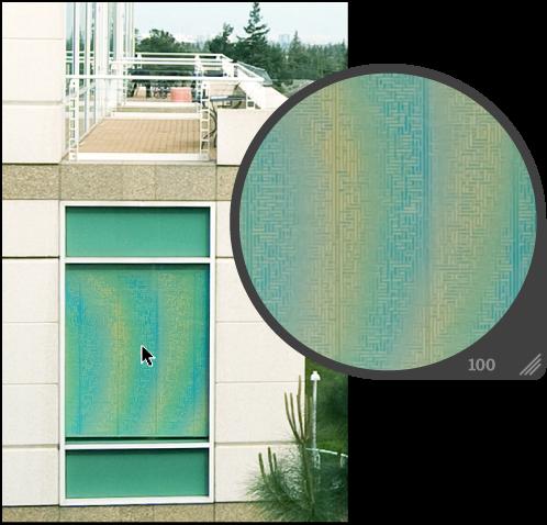 図。 窓のブラインドにモアレパターンの虹色の効果が現れているイメージ。