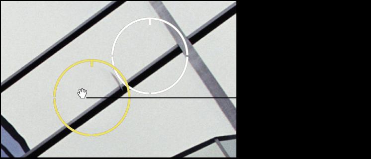 図。 「スポットとパッチ」ターゲットオーバーレイの上に手のアイコンが表示されているイメージ。そのオーバーレイを移動できることを示しています。