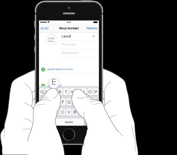 Zadávanie textu. iPhone je držaný oboma rukami, palce sú nad klávesnicou. Stláčané písmeno je zobrazené nad klávesom.