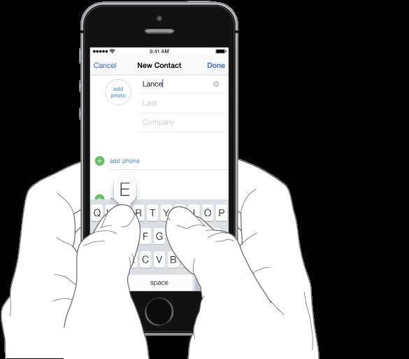 Po shkruhet tekst. iPhone mbahet me dy duar, secili gisht i madh vendoset mbi tastierë. Shkronja që preket shfaqet mbi tast.