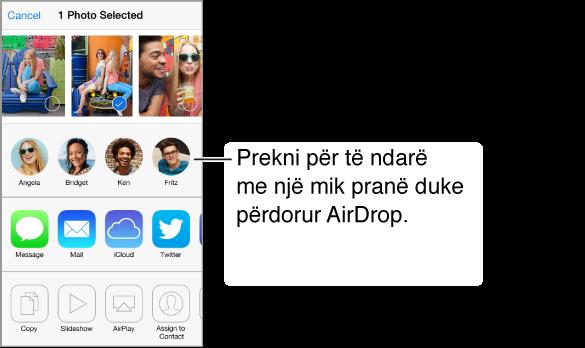 Fleta e ndarjes me foto përgjatë pjesës së sipërme që mund të zgjidhet. Fytyrat e përdoruesve pranë AirDrop shfaqen poshtë, dhe poshtë saj opsionet e tjera të ndarjes.