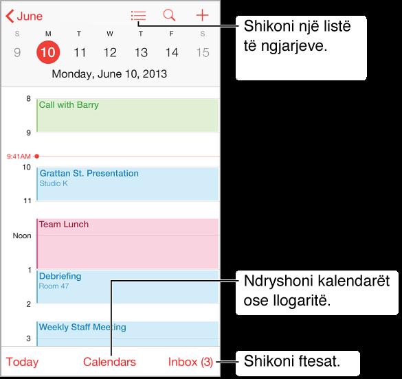 Një kalendar në pamjen ditore. Prekni butonin Calenders për të ndryshuar llogaritë e kalendarëve. Prekni kutinë hyrëse për të parë ftesat.