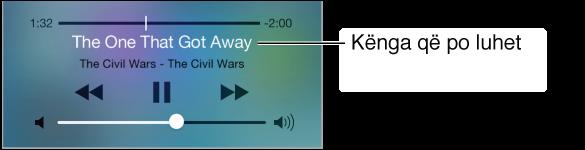 Kontrollet e riprodhimit të audios Control Center. Mbi komandat e riprodhimit shfaqen një shirit kohëmatjeje dhe koka e luajtjes sipër, dhe kënga dhe albumi i këngës që luhet aktualisht. Kontrolli i volumit shfaqet në fund.