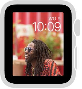 Als u de wijzerplaat Fotoalbum kiest, ziet u telkens een andere foto uit uw gesynchroniseerde fotoalbum wanneer u de AppleWatch uit de sluimerstand haalt.