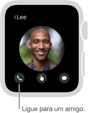 Tela mostrando o rosto de um amigo escolhido com o telefone, acima dos botões Digital Touch e Mensagens. Toque em Telefone para ligar para essa pessoa.