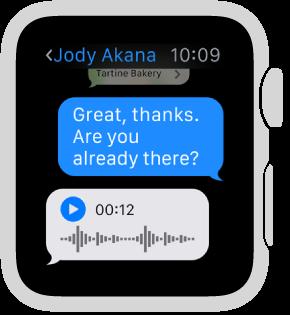 หน้าจอแอพข้อความที่แสดงบทสนทนา การตอบสนองล่าสุดคือข้อความเสียงพร้อมปุ่มเล่น