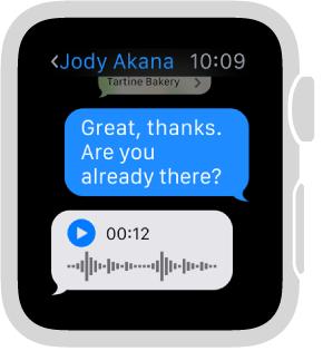 「訊息」畫面顯示對話。 最後的回覆是語音訊息帶有播放按鈕。